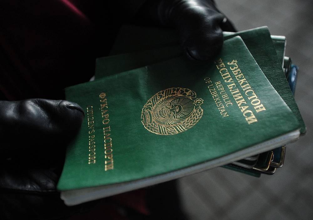 Паспорт гражданина Узбекистана, выявленный во время проверки документов УФМС России в Москве. В июне 2014 года полиция выявила на юге Москвы более тысячи нелегальных мигрантов из Средней Азии