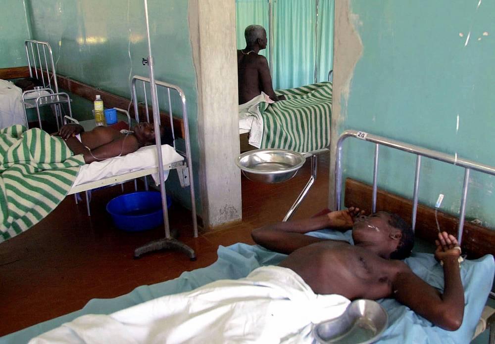 """Инкубационный период варьируется от 2 до 21 дня. Окончательный диагноз """"вирусная инфекция Эбола"""" ставится только в лабораторных условиях. На фото: больные в госпитале в городе Гулу, Уганда, 2000 год"""