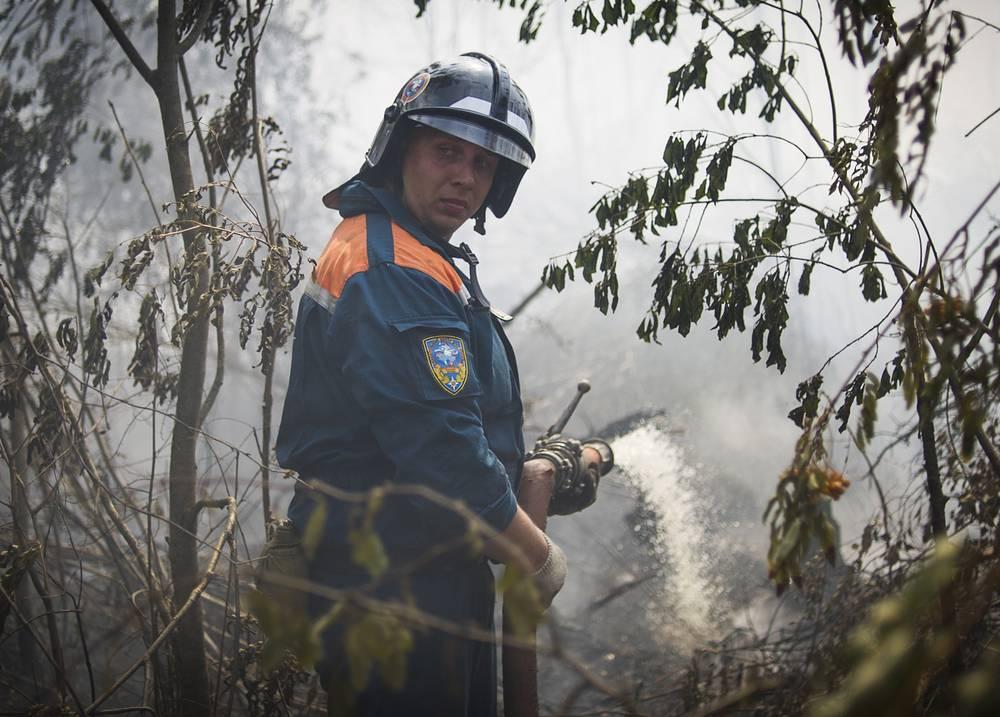 В связи с резким обострением пожароопасной обстановки в ряде регионов России по приказу Шойгу все противопожарные силы ВС России приведены в одночасовую готовность