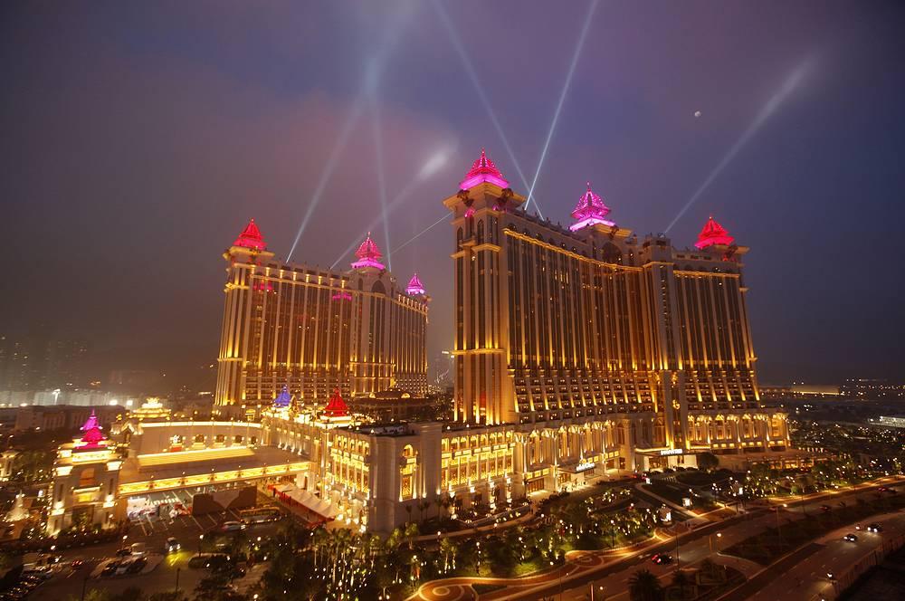 Другая крупная игорная зона расположена в Макао. Азартные игры на этой территории, принадлежавшей в свое время Португалии, были разрешены с 1847 года. Активное развитие игорного бизнеса началось в 1962 году. На фото: казино Galaxy Macau Resort