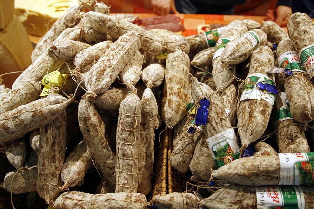 Салями из Италии (13,2% свинины, съеденной в 2013 году в России, поставлено из государств, подвергнутых санкциям)