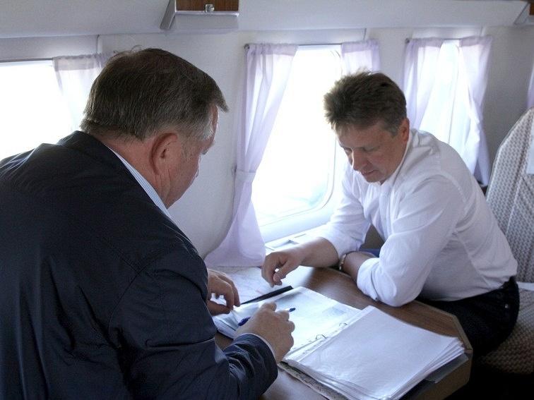 Врио губернатора Алтайского края Александр Карлин и министр транспорта РФ Максим Соколов (слева направо) во время рабочей поездки
