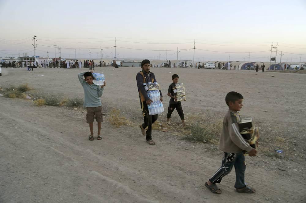 Сотрудники гуманитарных агентств сообщают, что положение беженцев ухудшается день за днем. На фото: езиды в лагере беженцев возле сирийско-иракской границы