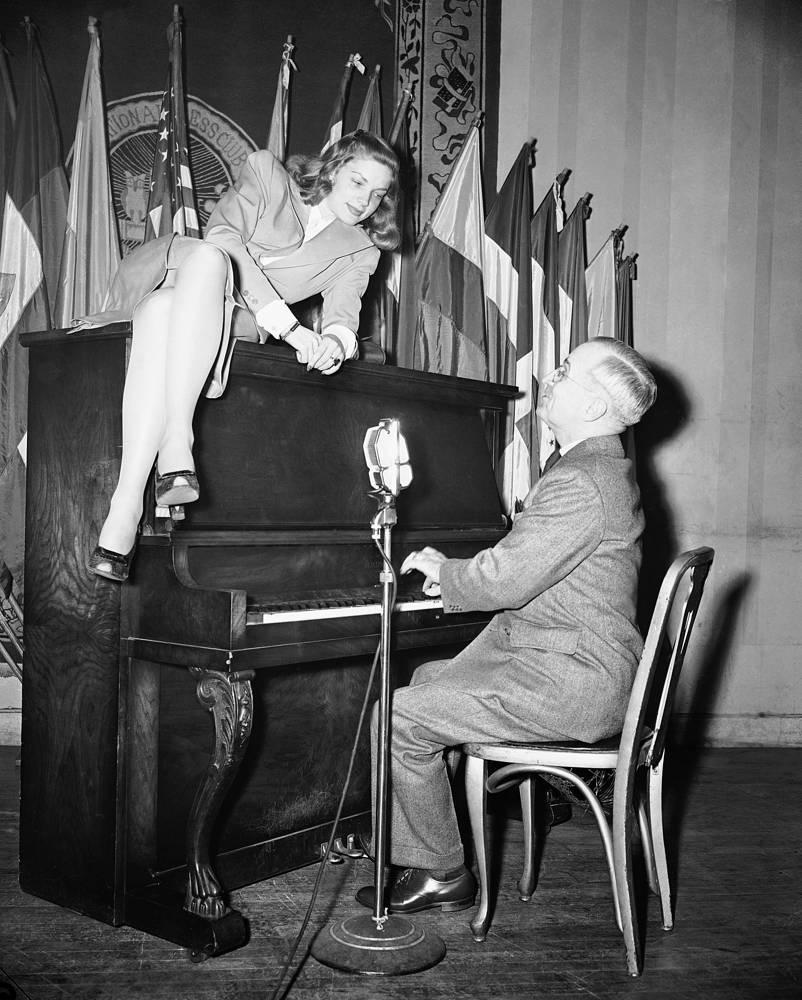 Вице-президент США Гарри Трумэн аккомпанирует Бэколл, Вашингтон, 1945 год