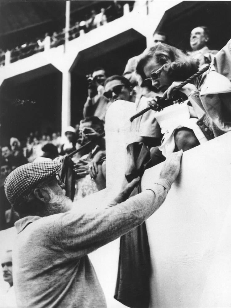 Эрнест Хемингуэй беседует с актрисой Лорен Бэколл во время корриды во Франции, 1959 год