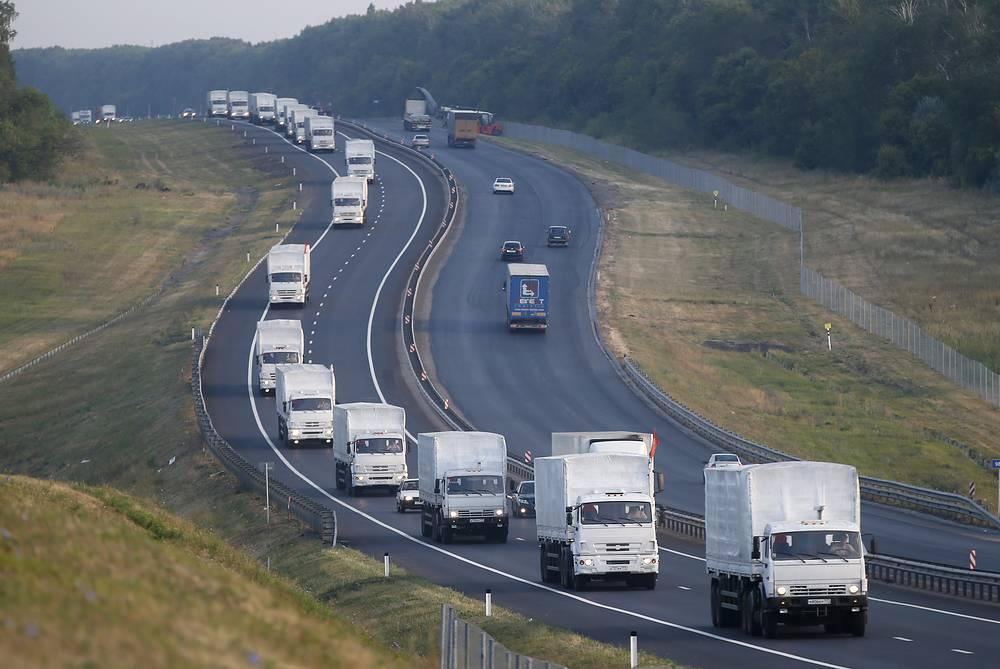 Россия направила на юго-восток Украины колонну с гуманитарной помощью. В состав конвоя вошли более 260 грузовых автомобилей с продовольствием, детским питанием, медикаментами и питьевой водой. Общий вес гуманитарного груза составляет около 2 тыс. тонн