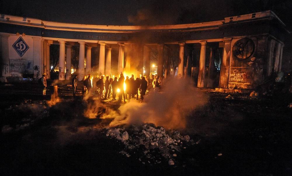 """В ночь с 23 на 24 января 2014 года сторонники оппозиции расширили и укрепили свои позиции в центре Киева, объявив """"зоной майдана"""" прилегающую к площади Независимости улицу Грушевского. Тысячи людей всю ночь оставались на улицах украинской столицы. 24 января митингующие выстроили новые баррикады на Институтской и полностью заняли здание министерства аграрной политики и продовольствия"""