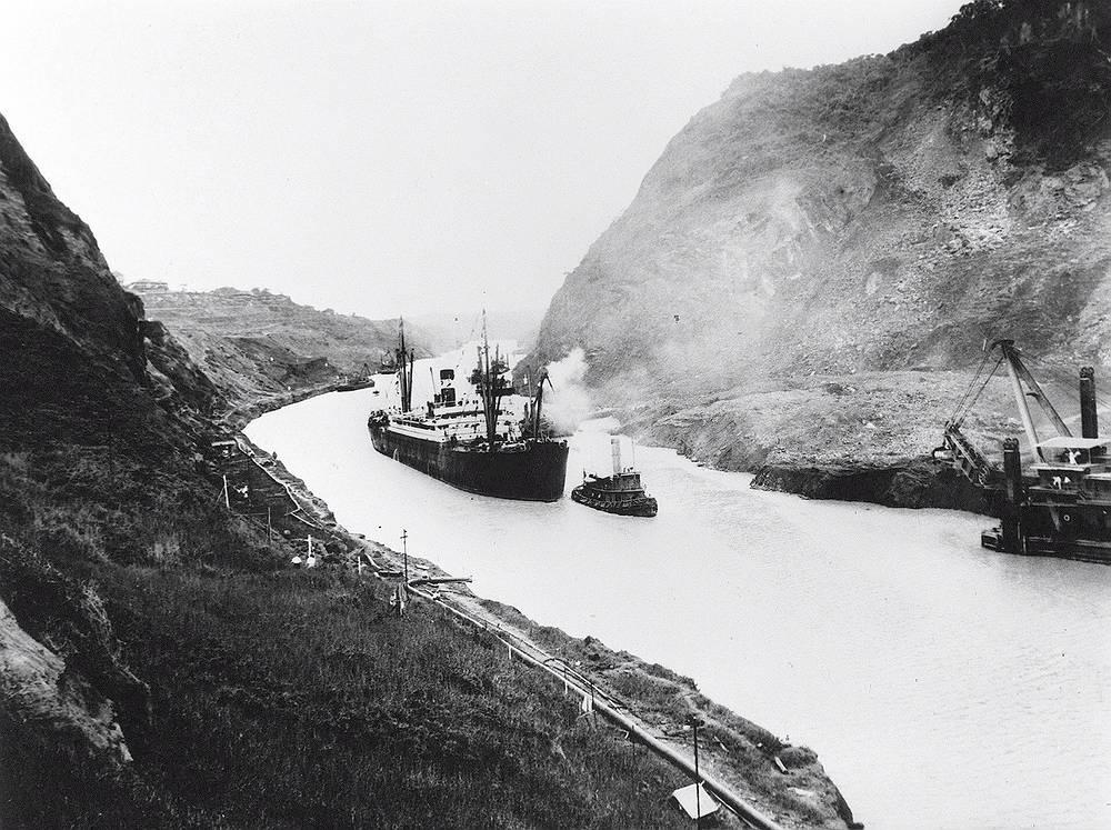 """Американский пароход """"Анкон"""" во время первого прохода по Панамскому каналу. 15 августа 1914 года"""