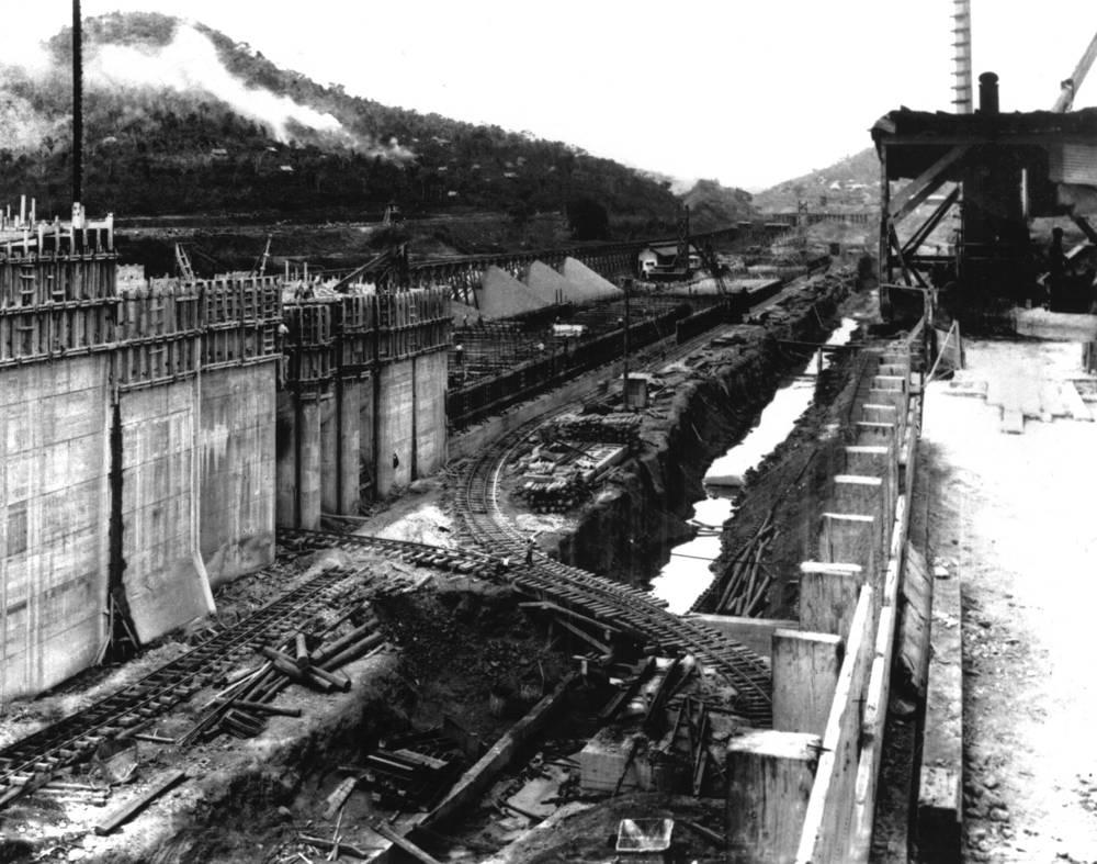 Канал протянулся от города Колон на атлантическом побережье до города Панама на тихоокеанском. Его длина составляет 80 км. На фото: строительство шлюза Педро Мигель, 1912 год
