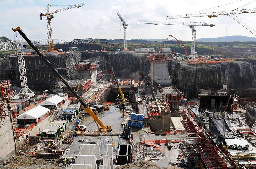 Строительство шести увеличенных шлюзов Панамского канала началось 13 сентября 2007 года. На июнь 2014 года было выполнено 75% намеченных работ. На фото: работы по расширению Панамского канала, 2012 год