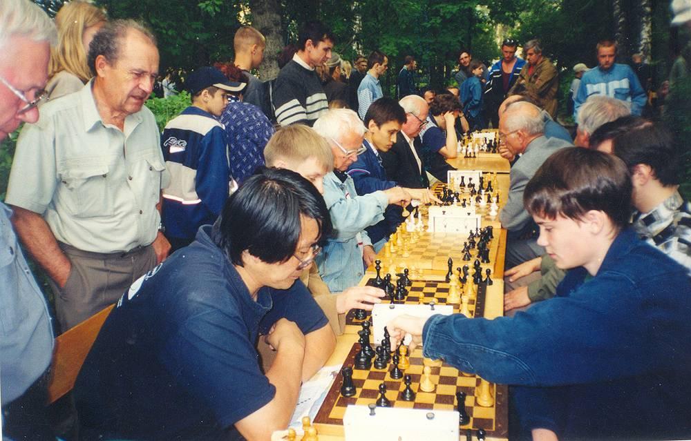 С 1950 года и по наши дни в парке функционируют шахматный и шашечный клубы