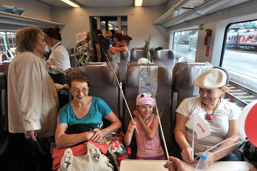 Первые пассажиры поезда, отправившегося по маршруту Новосибирск - Барнаул