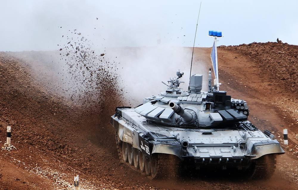 Танк Т-72Б российского экипажа во время эстафетной гонки