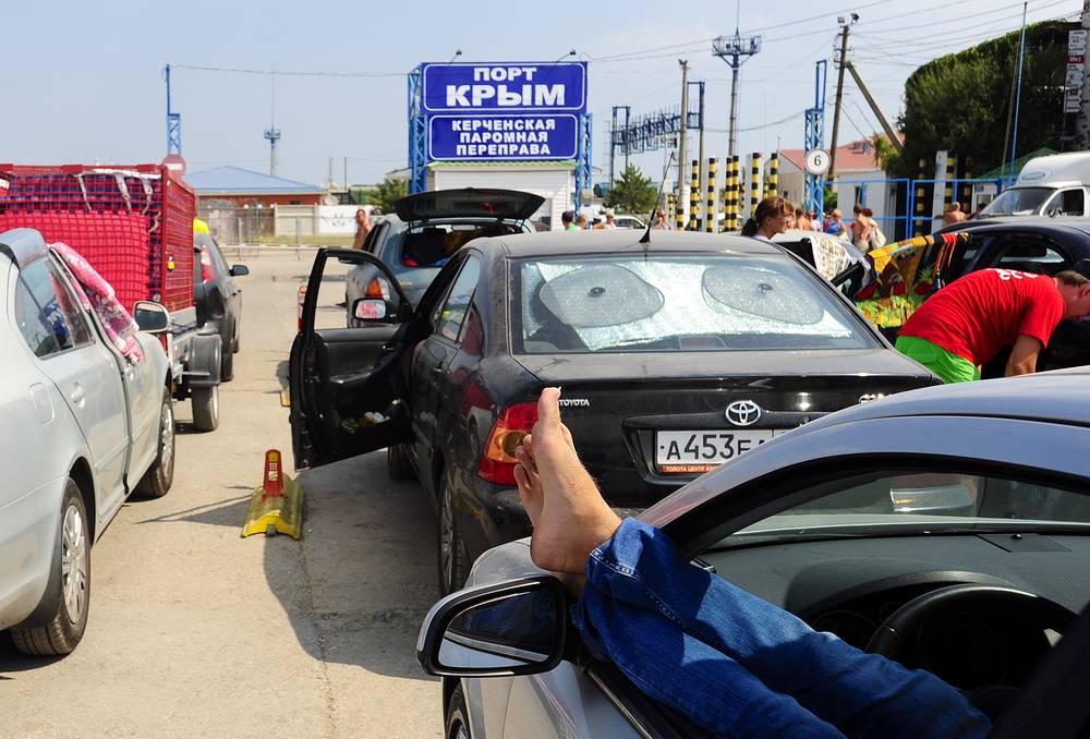 """Организаторы паромной переправы не исключают, что в последнюю неделю августа поток автотранспорта с туристами, возвращающимися из Крыма, вновь увеличится. Справиться с наплывом поможет паром ледокольного типа """"Крым"""". Как ожидается, он совершит первый рейс 20 августа. На фото: порт Крым"""