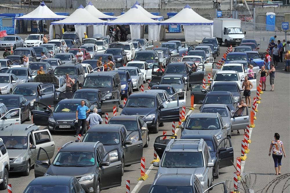 Грузовой транспорт из Крыма отправляется отдельными паромами из Феодосии в Новороссийск и из Керченского рыбного порта в Темрюк. На фото: порт Кавказ