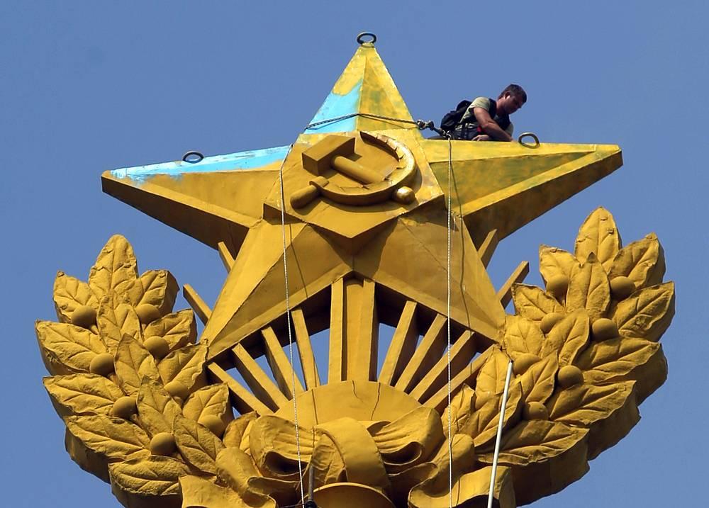 Покраска звезды на жилом доме на Котельнической набережной в первоначальный цвет