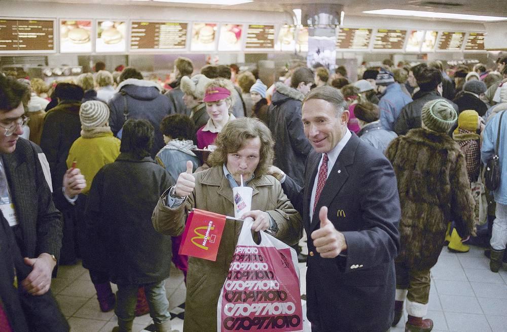 Директор McDonald`s в Москве Джордж Кохон с первым посетителем, 31 января 1990 года, Москва