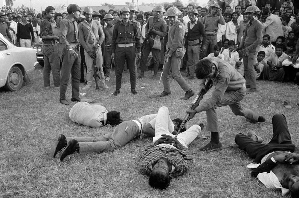 """Фотография """"Смерть в Дакке"""" Хорста Фааса и Мишеля Лорана была удостоена Пулитцеровской премии в 1972 году. На снимке запечатлена расправа, устроенная армией освобождения Бангладеш над сторонниками Пакистана"""
