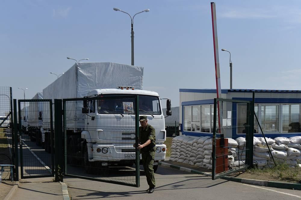 """Грузовики колонны находятся на пограничном пункте """"Изварино"""""""
