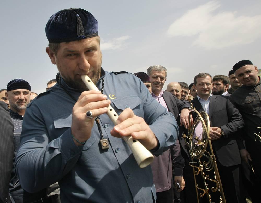 Глава Чечни Рамзан Кадыров играет на национальном чеченском инструменте  во время весеннего посевного фестиваля в селе Белгатой в Чечне, 2012 год