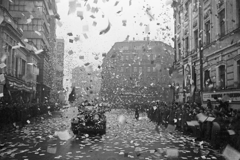 Прибытие в столицу покорителей Северного полюса Папанина, Ширшова, Кренкеля и Федорова. Автомобили с героями проезжают по улице Кирова под дождем приветственных листовок, 1938 год