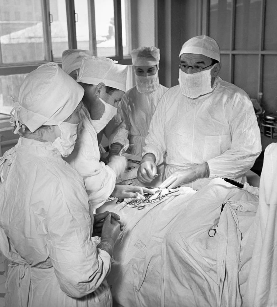 Академик Александр Бакулев во время операции в Институте грудной хирургии Академии медицинских наук СССР, 1957 год