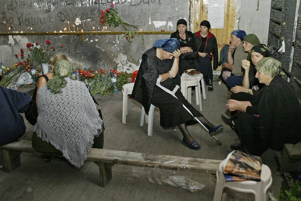 Акция родственников жертв бесланской трагедии. Более 30 женщин провели в спортзале разрушенной школы трое суток без еды, 2 сентября 2005 года