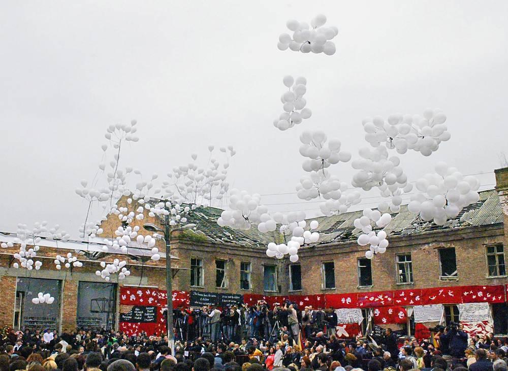 После минуты молчания у здания бесланской школы в небо выпустили более 330 белых воздушных шаров - по числу погибших во время теракта, 4 сентября 2005 года