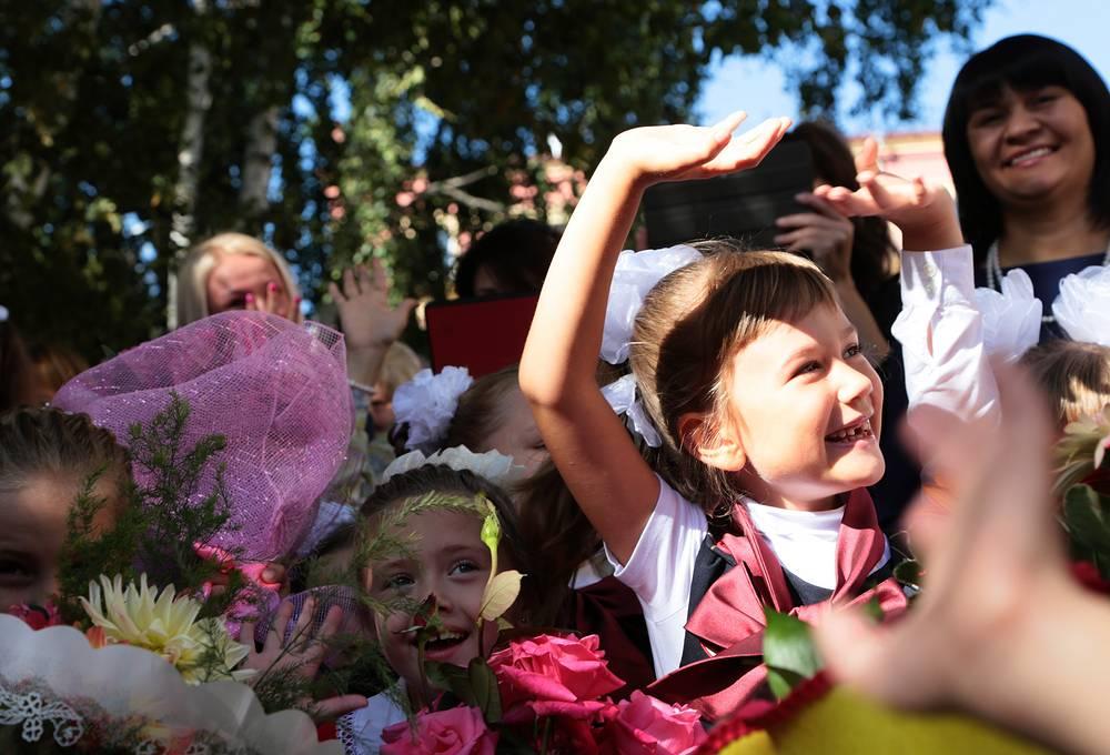 Внесены также изменения в порядок проведения государственной итоговой аттестации учащихся, в том числе в части проведения с этого учебного года экзамена в виде итогового сочинения, результаты которого могут учитываться при приеме в вузы. На фото: ученики на торжественной линейке, посвященной Дню знаний, в одной из школ города Новосибирска
