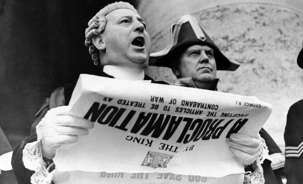 Глашатай сообщает об объявлении войны со ступеней Королевской Биржи в Лондоне. 4 сентября 1939 года