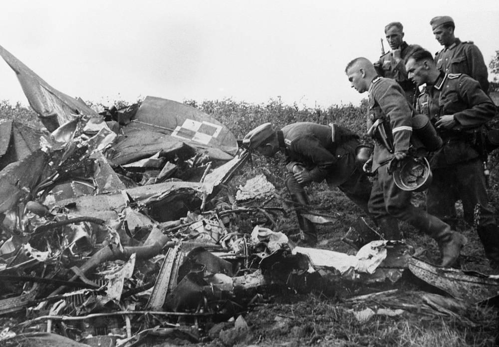 Немецкие солдаты рассматривают обломки сбитого польского самолета. 8 сентября 1939 года