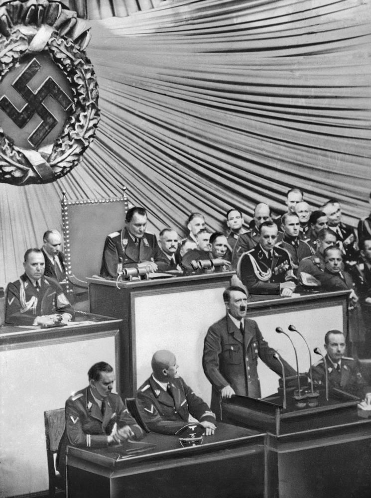 Адольф Гитлер выступает в Рейхстаге спустя несколько часов после вторжения немецких войск в Польшу. Примечательно, что формально Гитлер так и не объявил Польше войну
