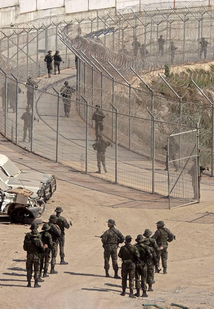 Сеутская стена - это система пограничных сооружений, отделяющих испанский город Сеута от королевства Марокко. Представляет собой параллельные заградительные сооружения трехметровой высоты, защищенные колючей проволокой, между которыми устроен проход для пограничников. Стена оснащена видеокамерами, датчиками шума и движения, призванными выявить попытки пересечения ее со стороны нелегальных эмигрантов и контрабандистов