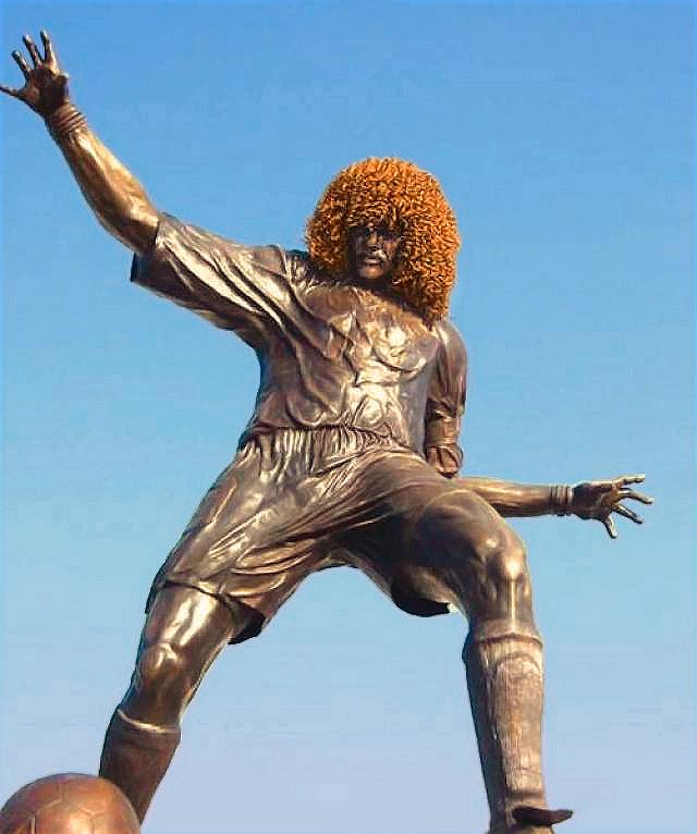 Памятник легендарному колумбийскому футболисту Карлосу Вальдерраме установлен в родном городе футболиста Санта-Мария рядом со входом на стадион. Единственный колумбиец, вошедший в список 125 величайших футболистов ФИФА, стал известен в том числе благодаря свой прическе