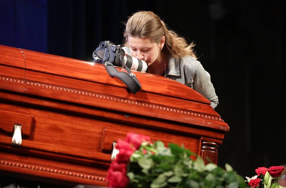 Церемония прощания с фотокорреспондентом Андреем Стениным