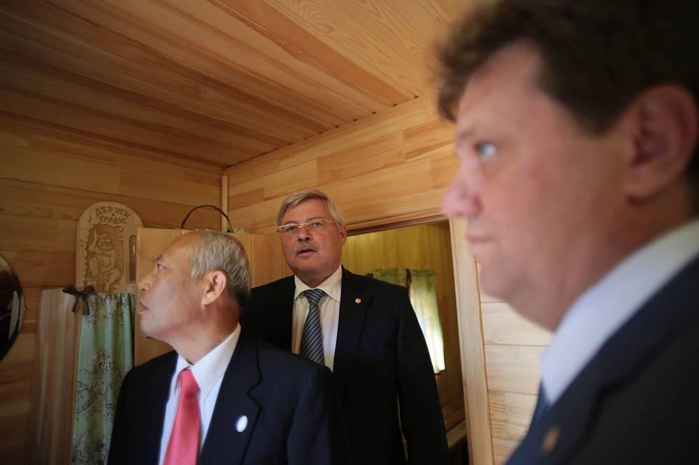 Губернатор Токио Ёити Масудзоэ, губернатор Томской области Сергей Жвачкин и мэр Томска Иван Кляйн (слева направо) во время посещения русской бани