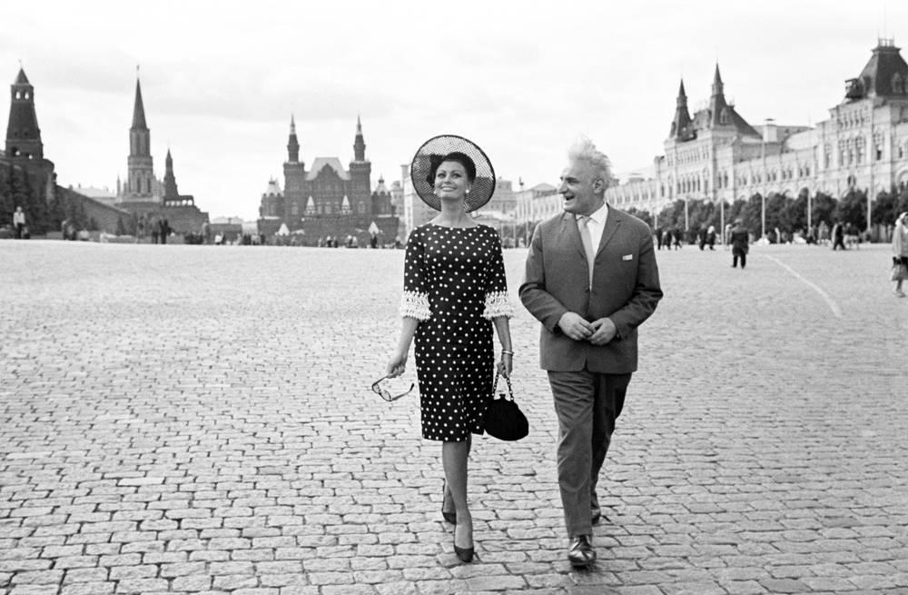 Участники IV Московского международного кинофестиваля актриса Софи Лорен (Италия) и актер Серго Закариадзе (СССР) на Красной площади, 1965 год