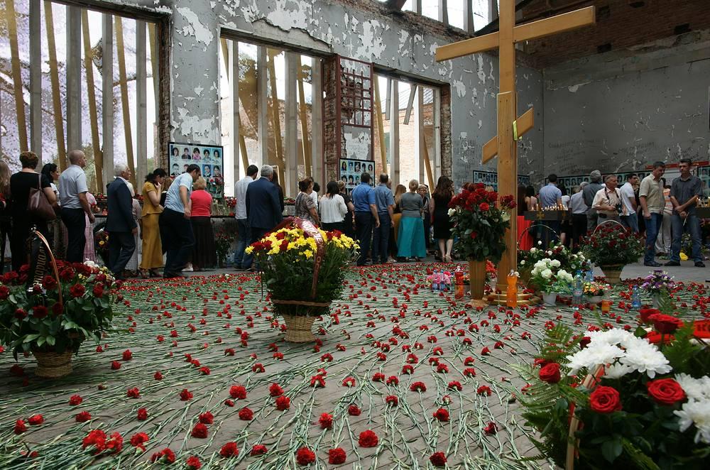 В Беслане в десятый раз прошла трехдневная Вахта памяти по погибшим в школе № 1. В 2004 году в заложниках у террористов оказались более 1,2 тыс. человек. Погибли, по разным данным, от 332 до 335 человек, из них 186 детей. Пострадали около 800 человек, 126 бывших заложников стали инвалидами
