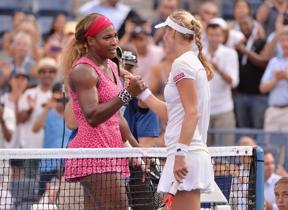 Спортсменки приветствуют друг друга после матча