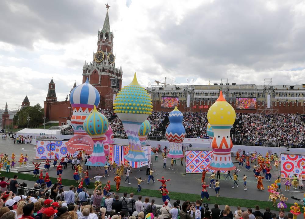 Во время праздничного спектакля в честь Дня города на Красной площади