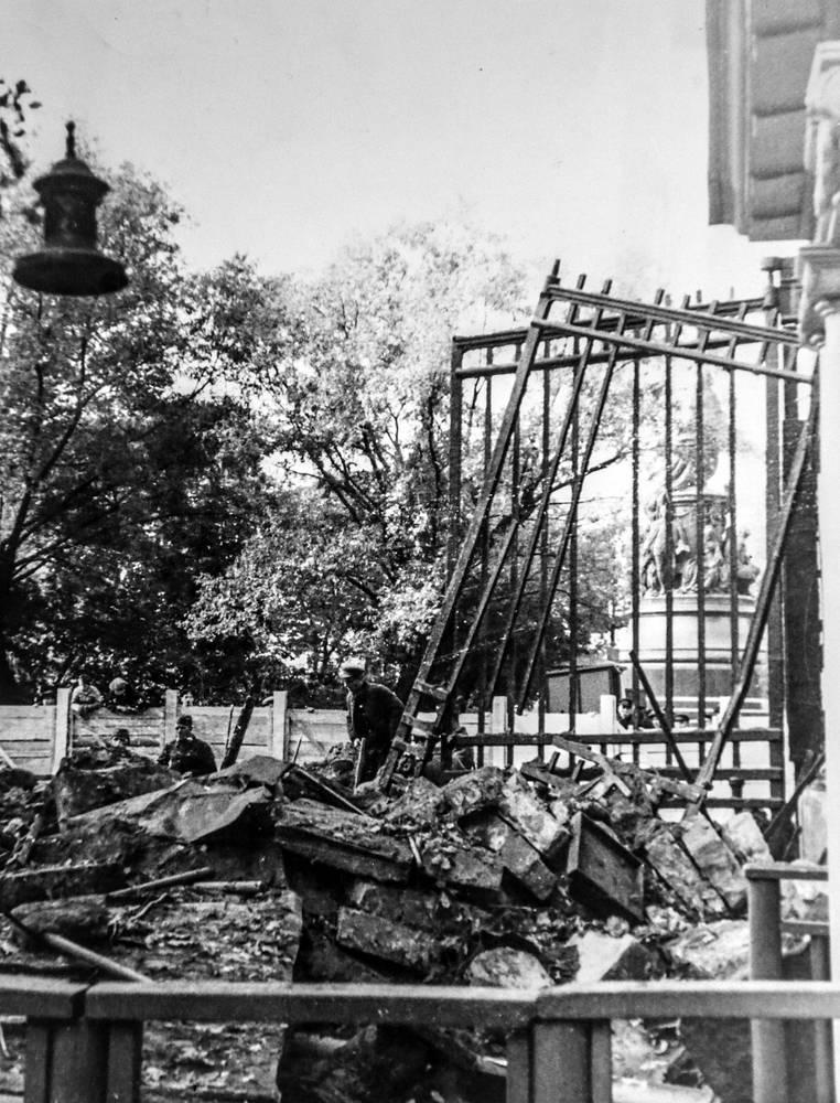 Екатерининский сад после  бомбежки, Сентябрь 1941 года