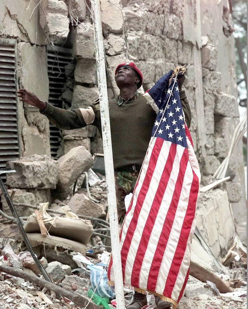В результате двух терактов погибли более 250 человек, свыше 5,5 тыс. получили ранения. На фото: поминальная церемония у руин посольства США в Кении