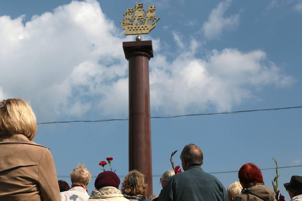 Стелла в честь трудового подвига ленинградцев была открыта в Новосибирске 5 мая 2004 года
