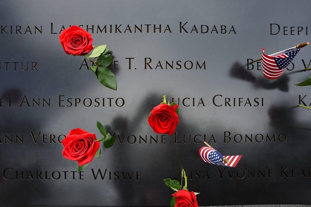 В США прошли траурные мероприятия по случаю 13-й годовщины терактов 11 сентября. Траурная церемония проходила на Ground Zero - месте, где стояли башни-близнецы, а теперь находятся мемориальный комплекс и музей