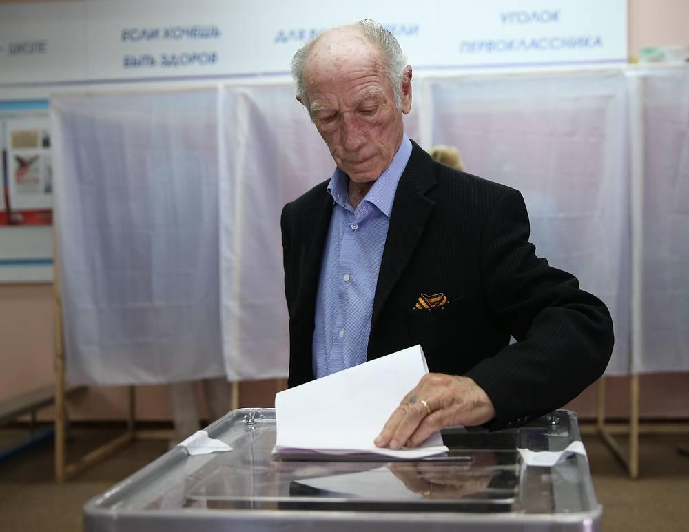 В  списках избирателей в Крыму порядка 1,5 миллиона человек. На фото: на избирательном участке в Симферополе