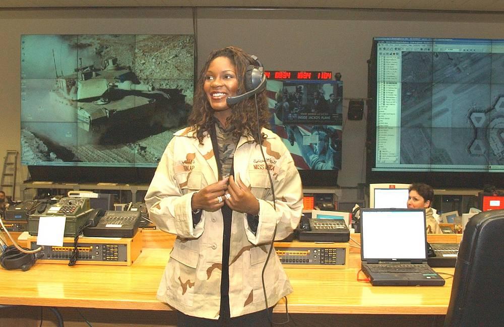 """Титул """"Мисс Америка-2004"""" году завоевала Эрика Данлэп из штата Флорида. Она стала первой афроамериканкой - победительницей конкурса. Ее социальная деятельность в статусе """"Мисс Америка"""" началась с визита на Ближний Восток в 2003 году на базу американских военных в Кувейте"""