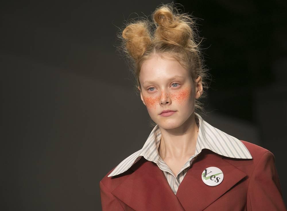 """В коллекции были представлены в том числе классические костюмы с увеличенной линией. Во время шоу модели ходили со значками """"Yes"""" в преддверии референдума о независимости Шотландии"""