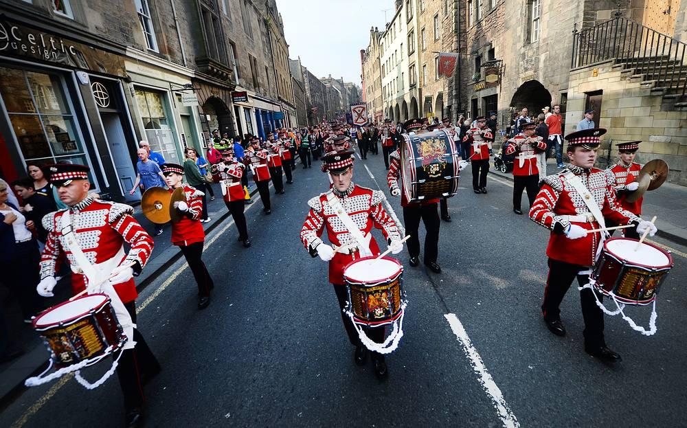 """В рамках подготовки к проведению референдума в Эдинбурге состоялось шествие под названием """"Горды быть британцами"""". Его участники прошли по улицам города, выражая свою приверженность единому Соединенному Королевству"""