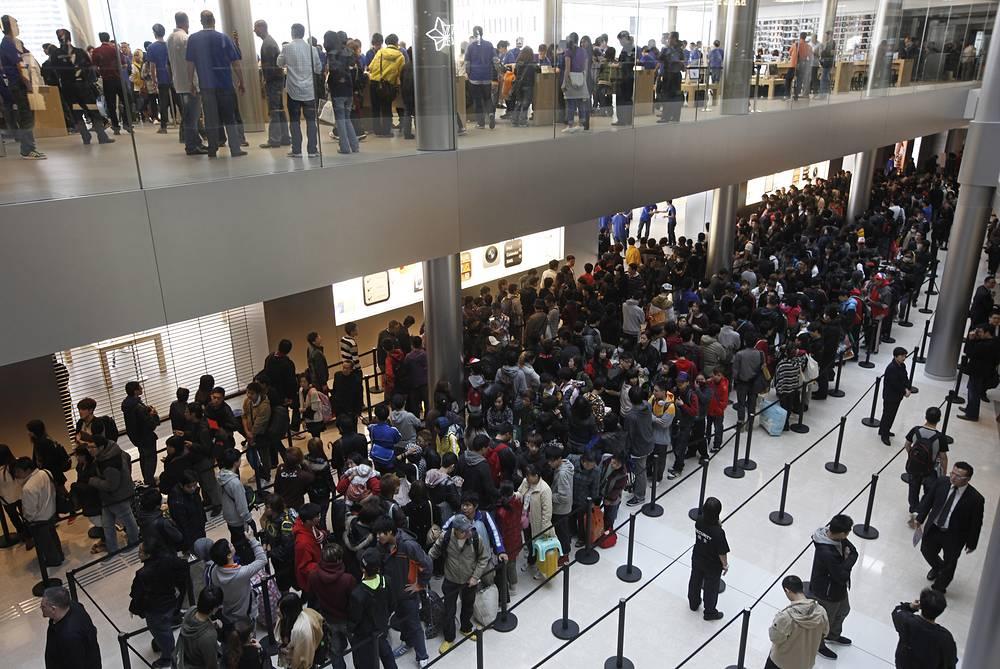 Продажи iPhone 4S начались 14 октября 2011 года. На фото: очередь в Гонконге, 11 ноября 2011 года
