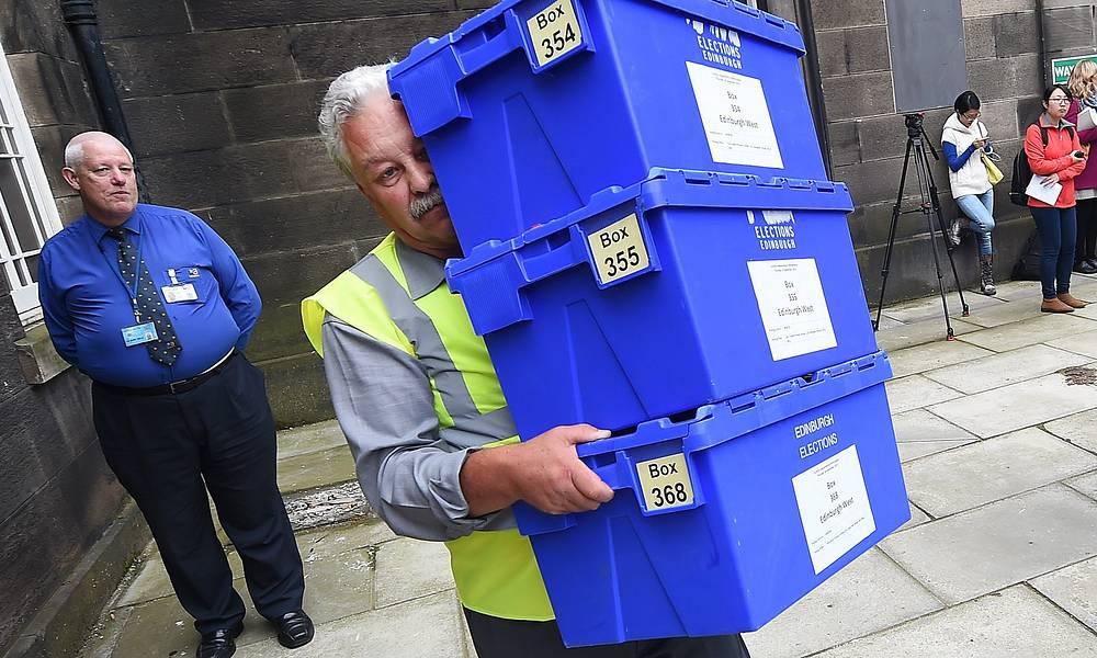 18 сентября, ровно в 7.00 часов по местному времени, в Шотландии открылись свыше 2,6 тыс. участков для голосования на референдуме о независимости. На фото: доставка избирательных урн